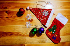 Chaussettes de Noël et chapeau de Santa avec des flocons de neige de boules Photographie stock