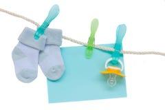 Chaussettes et pacificateur bleus avec l'enveloppe blanc image stock