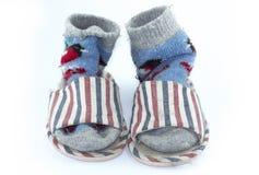 Chaussettes faites main color?es, chaussettes tricot?es de laine et pantoufles sur le fond blanc photos libres de droits