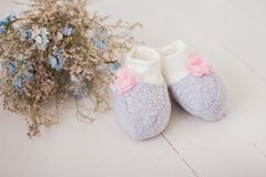 Chaussettes mignonnes de bébé pour nouveau-né images stock