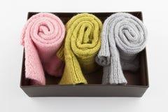 Chaussettes pliées de laine dans la boîte Photo stock