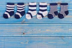 Chaussettes pour la famille nouveau-née et se prolongeante et prévoir pour le concept de bébé, endroit pour le texte photos stock