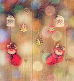 Chaussettes rouges, présent, pin, peu d'arbre de Noël sur la table en bois Photo libre de droits