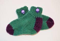 Chaussettes tricotées faites maison de bébé Photo libre de droits