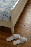 Chaussons dans le hotelroom Photographie stock