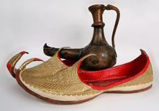 Chaussons et lampe d'Aladdin arabes Image stock