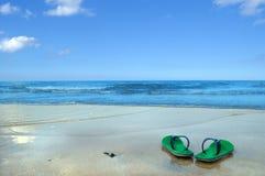 Chaussons sur la plage Images stock