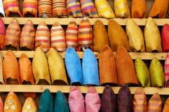 Chaussons sur la stalle de chaussure au Maroc Photographie stock libre de droits
