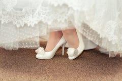 Chaussure blanche de la jeune mariée Photos libres de droits