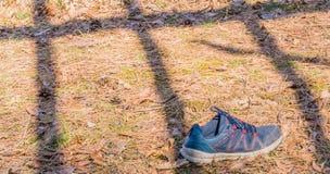 Chaussure bleue de sports au sol Photos libres de droits