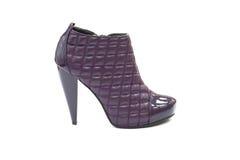 Chaussure bleue en cuir piquée avec le haut talon Photographie stock