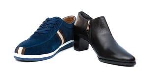 Chaussure bleue pour le mari et la noire pour l'épouse sur le blanc photos libres de droits