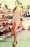Chaussure désirée par apparence femelle de client dans la boutique Photographie stock libre de droits