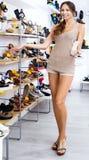 Chaussure désirée par apparence femelle de client dans la boutique Images stock