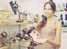 Chaussure désirée par apparence femelle de client dans la boutique Photos libres de droits