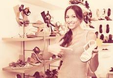 Chaussure désirée par apparence femelle de client dans la boutique Image stock