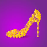 Chaussure d'or de mosaïque florale sur le fond violet illustration libre de droits