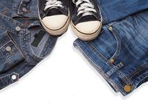 Chaussure d'espadrille et blue-jean à la mode de treillis Photographie stock libre de droits
