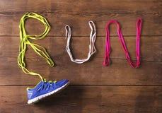 Chaussure de course sur le plancher Images stock