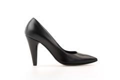Chaussure de femmes de cuir de noir de pompe de haut talon sur le blanc Images libres de droits