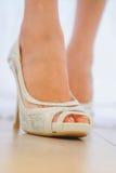 Chaussure de mariage sur la jeune mariée Photos libres de droits