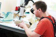 Chaussure de réparation de cordonnier couture de la semelle des chaussures image libre de droits