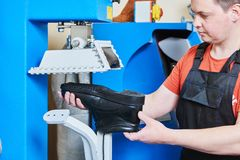 Chaussure de réparation de cordonnier Pressurage de la semelle pour les chaussures masculines photo libre de droits