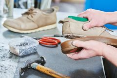 Chaussure de r?paration de cordonnier Collage de la semelle pour les chaussures masculines images stock