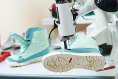 Chaussure de r?paration de cordonnier couture de la semelle des chaussures photographie stock libre de droits
