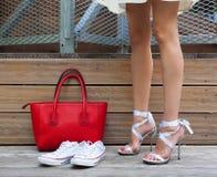 Chaussure de Stilleto de lien de ruban, espadrilles et grand sac à main rouge à la mode Femme à la mode avec la longue belle posi Photos stock