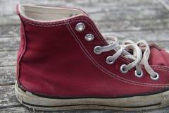 Chaussure de toile rouge de vintage (mahroon) - espadrille Photo libre de droits
