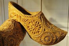 Chaussure en bois avec la configuration de sculpture photographie stock libre de droits