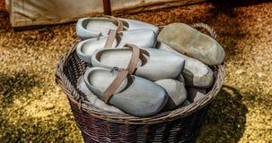 Chaussure en bois dans un panier Images stock
