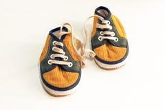 Chaussure en caoutchouc jaune sur le fond blanc Images stock