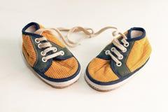 Chaussure en caoutchouc jaune sur le fond blanc Photos libres de droits
