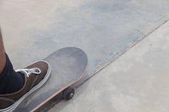Chaussure et planche à roulettes extérieures image libre de droits