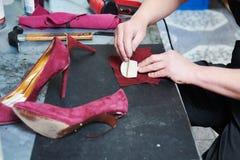 Chaussure femelle de r?paration de cordonnier image stock