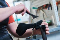 Chaussure femelle de transitoire de réparation de cordonnier collage du talon photographie stock