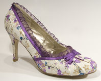 Chaussure florale pourprée élégante de haut talon Images stock