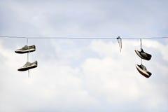 Chaussure jetant en l'air sur le câble électrique Photo stock