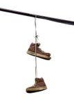 Chaussure jetant en l'air, vieilles espadrilles accrochant sur le fil Image stock