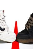 Chaussure noire et blanche sur la ligne images stock