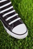 Chaussure noire sur la pelouse verte Photo libre de droits