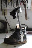 Chaussure orthotique avec l'accolade ci-jointe de jambe sur un établi photos stock