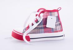 chaussure ou chaussures de bébé avec le prix à payer sur un fond Photographie stock libre de droits
