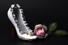 Chaussure victorienne blanche de talon haut de porcelaine de cru avec la rose rose humide photos stock