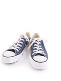 Chaussures à la mode bleues de sport d'isolement sur le fond blanc Image stock