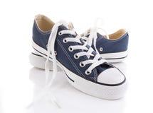 Chaussures à la mode bleues de sport d'isolement sur le fond blanc Photographie stock libre de droits