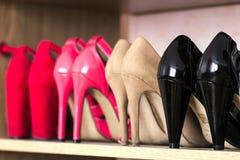Chaussures à la mode de femmes de talon haut sur une étagère Images libres de droits