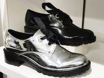 Chaussures à la mode sur les rayons de magasin en gros plan Image libre de droits